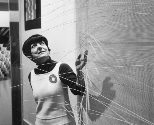Denise-Rene-avec-une-oeuvre-de-Soto-Galerie-Denise-René-rue